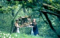 4. Die Mädchen (Florence Hoath, re.; Elizabeth Earl li.) haben Angst, der Rummel könnte die grazilen, geflügelten Wesen vertreiben. Um sie zu versöhnen, bringen sie eine Puppenstube an den Fluss, die Heimat der Elfen.