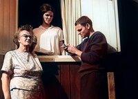 Evelyne Schmidt, Peter Schmidt und seine Mutter in ihrem Haus  in Ostberlin.