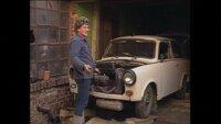 """Der Trabant 601, gebaut in Zwickau und im Volksmund liebevoll """"Trabi"""" genannt, war der Volks-Wagen der DDR. Wer einen haben wollte, musste 14 Jahre warten. Im Bild: einem Mann ist sein Wagen bei einer Fahrt kaputtgegangen; jetzt fehlen ihm Ersatzteile für die Reparatur (1989)."""