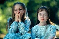 v.l. Elizabeth Earl als Frances Griffiths und Florence Hoath als deren Cousine Elsie Wright.