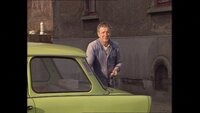 """Der Trabant 601, gebaut in Zwickau und im Volksmund liebevoll """"Trabi"""" genannt, war der Volks-Wagen der DDR. Im Bild: Dieser Mann hat seinen alten Wagen für den Verkauf geputzt, denn morgen bekommt er einen neuen - nach 14 Jahren Wartezeit (1989)."""