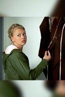 Auch Kristina Katzer (Isabell Gerschke) ermittelt im Kloster und durchsucht eine Mönchskutte.