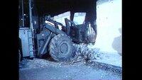 Nachtleben in Berlin (Ost und West) im Jahr 1990: im Namen der Wiedervereingung Berliner Bühnenkünstler reißt ein Bagger die Berliner Mauer an einer Stelle ein.