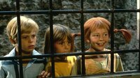 Erstaunt sehen Pippi (Inger Nilsson, r.), Tommy (Pär Sundberg, l.) und Annika (Maria Persson, M.) dem Treiben der Seeräuber in einer Taverne zu.
