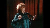 """Nachtleben in Berlin (Ost und West) im Jahr 1990: Oper(ette)nsängerin Brigitte Mira singt Varieté im Ost-Brliner Exklusivklub """"DIe Möwe""""."""