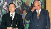 Bundeskanzler Gerhard Schröder (l.) bedankt sich am 27. Oktober 1998 nach der Rede von Helmut Kohl (r.) während der Amtsübergabe im Bundeskanzleramt.