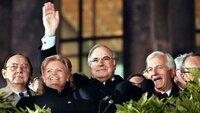 Wiedervereinigung: Bundeskanzler Helmut Kohl (M.) winkt am 3. Oktober 1990 zum Geläut der Freiheitsglocke von der Freitreppe des Berliner Reichstages. Links neben Kohl stehen Außenminister Hans-Dietrich Genscher und Hannelore Kohl, rechts von ihm Bundespräsident Richard von Weizsäcker.