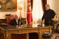 Präsident Snow (Donald Sutherland, l.) glaubt, in Plutarch Heavensbee (Philip Seymore Hoffman, r.) den besten Spielmacher gefunden zu haben, bis die mörderischen Hunger Games völlig aus dem Ruder laufen ...