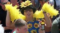Mit Sonnenblumenkostüm und gelber Federboa tanzt ein Raver am 10. Juli 1999 in Berlin. Bei der Loveparade erwarten die Veranstalter mehr als eine Million Teilnehmer aus aller Welt in der Hauptstadt.