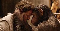Kaum wieder genesen, verabschiedet sich Caesar (Andy Serkis, r.) liebevoll von seinem Retter Malcolm (Jason Clarke, l.), um in die alles entscheidende Schlacht zu gehen - gegen seine eigenen Artgenossen ...