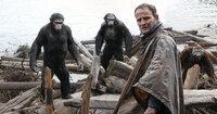 Die Affen (v.l.n.r.) Caesar (Andy Serkis), Koba (Toby Kebbell) und Maurice (Karin Konoval) trauen den Menschen nicht über den Weg, dennoch erlauben sie Malcolm (Jason Clarke, 2.v.r.) und seiner Truppe, den Staudamm wieder zum Leben zu erwecken. Ein Fehler?