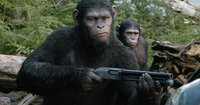 Als die überlebenden Menschen auf den Schimpansen Caesar (Andy Serkis, l.) und seine Kolonie stoßen, müssen sie schnell feststellen, dass auch die Affen die ihnen wichtigen Dinge wie Familie und Freiheit verteidigen wollen. Dennoch handeln beide Parteien ein Friedensabkommen aus, das jedoch nicht von langer Dauer ist ...