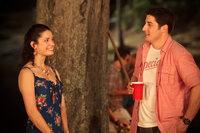 Zurück in der Heimat trifft Jim (Jason Biggs, r.) auf Kara (Ali Cobrin, l.), die er in seiner Jugend als Babysitter gehütet hat. Nichtahnend, dass die junge Frau zu ihrem 18. Geburtstag ganz besondere Pläne hegt ...