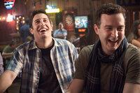 Verschweigen ihren eigentlich ganz langweiligen Alltag: Jim (Jason Biggs, l.) und Finch (Eddie Kaye Thomas, r.) ...