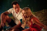 In Los Angeles hat sich Oz (Chris Klein, l.) mit seiner Model-Freundin Mia (Katrina Bowden, r.) ein gutes Leben aufgebaut, doch dann kommt das Klassentreffen ...
