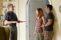 Jims Vater (Eugene Levy, l.) freut sich über den Besuch von Michelle (Alyson Hannigan, M.) und Jim (Jason Biggs, r.), doch a ahnt er auch noch nicht, zu was sich ihr Aufenthalt entwickelt ...