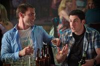 Während Stifler (Seann William Scott, l.) einfach nur feiern will, versucht Jim (Jason Biggs, r.) seine Ehe ein wenig aufzupeppen ...