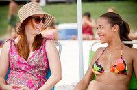 Michelle (Alyson Hannigan, l.) hätte es nie für möglich gehalten, dass sie sich mal mit Selena (Dania Ramirez, r.) unterhalten würde ...
