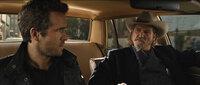 Nick (Ryan Reynolds, l.); Roy (Jeff Bridges, r.)