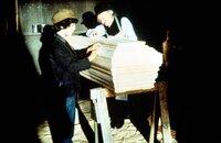 Albert Ingalls (Matthew Laborteaux, l.) macht eine Lehre bei Tischlermeister Isaac Singerman (John Bleifer, r.).