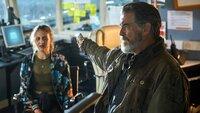 Dimitri (Pierce Brosnan) hat Danni (Lara Peake) in seiner Gewalt..