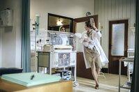 Neugeborenen-Sepsis: Kinderärztin Ingeborg Rapoport (Nina Kunzendorf, l.) gibt Schwester Arianna (Patricica Meeden, im HG) Anweisungen und rennt mit dem todkranken Baby auf dem Arm los zur Neonatologie.
