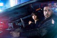Joi (Ana de Armas) bemüht sich eine echte Freundin für K (Ryan Gosling) zu sein.  Die Verwendung des sendungsbezogenen Materials ist nur mit dem Hinweis und Verlinkung auf TVNOW gestattet.