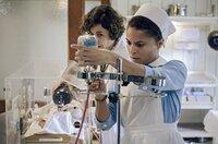 Neugeborenen-Sepsis: Kinderärztin Ingeborg Rapoport (Nina Kunzendorf, l.) und Schwester Arianna (Patricia Meeden, r.) kämpfen um das Leben des Babys.