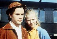 Dick (Angelika Meissner) und ihre Schwester Dalli (Heidi Brühl, rechts) holen ihren arroganten Cousin Ethelbert vom Bahnhof ab.