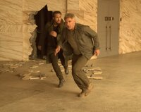 K (Ryan Gosling, l.) und Rick Deckard (Harrison Ford) auf der Flucht.  Die Verwendung des sendungsbezogenen Materials ist nur mit dem Hinweis und Verlinkung auf TVNOW gestattet.