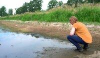 Der Klimawandel ist in Berlin und Brandenburg kein Zukunftsproblem mehr. Wegen der Trockenheit ist auch hier längst ein Kampf ums Wasser ausgebrochen. Doch nur Wenige erkennen den Ernst der Lage. Sitzen wir schon bald auf dem Trockenen? - Maria Garnitz von der AG Niedrigwasser ist am Flussbett der Schwarzen Elster.
