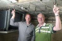 Tobi Kämmerer (links) mit Andreas Gerhardt in dessen Keller, in der sich einst eine Bananenreiferei befand.