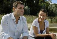 Isabell (Julia Koschitz) versucht den melancholischen Hans-Werner (Heikko Deutschmann) aufzuheitern.