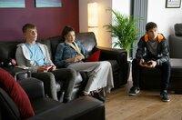 Jamie (Louis Dunn, r) und Ruby (Zoe Hall, M) machen sich Sorgen um Dillon (Patrick Ward).