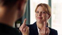 Pia (Jördis Triebel) zeigt ihrem Mann beide Mittelfinger.
