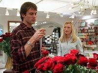 """Eifersüchtig nimmt Oliver (Ralf Bauer) zur Kenntnis, dass Leonie (Johanna Christine Gehlen) einen neuen """"Rosenkavalier"""" hat."""