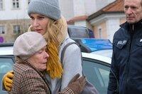Gerda Meyers (Monika Lennartz, l.), die an Altersdemenz leidet, klammert sich hilfesuchend an Tanja Ewald (Christina Athestädt, M.). Polizist (Komparse).