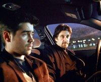 Sein Ausbilder bei der CIA ist der erfahrene Walter Burke (Al Pacino, r.). Er bringt James (Colin Farrell, l.) alle Kniffe und Tricks bei, mit denen er Kontrahenten durchschauen, Feinde täuschen, Bomben zur Explosion bringen und hoch komplizierte Geräte bedienen kann. Doch dann entlässt er ihn, weil er ihm mangelnde Begabung vorwirft ...