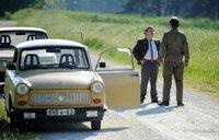 Ralle (Thorsten Merten, vorne) stellt Schuschke (Volker Zack Michalowski) auf der Landstraße und beschuldigt ihn des Diebstahls.