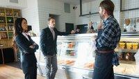 Joan (Lucy Liu, l.) und Sherlock (Jonny Lee Miller, M.) beim Metzger: Wie hängt der Tod eines mit Wurst vergifteten Mannes mit dem Durchbruch einer Produktionsstätte für künstliches Fleisch zusammen?