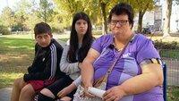 Juanita (44) und ihre Kinder Jotti (15, Mitte) und Nick (14) stehen vor der Zwangsräumung ihrer Wohnung..