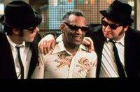 Die Brüder Elwood Blues (Dan Aykroyd, l.) und Jake Blues (John Belushi, r.) versuchen ihren alten Freund Ray (Ray Charles, M.) zu einer Wiedervereinigung der Band zu überreden.