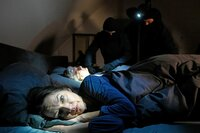 Was ein Paar eines Nachts erlebt, ist ein wahrer Albtraum. Plötzlich stehen drei maskierte Männer am Bett und prügeln auf den Ehemann ein. Sie wollen Geld – und sind zu allem bereit.