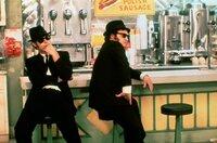 """Jake Blues (John Belushi, re.) und sein Bruder Elwood (Dan Aykroyd, li.) lassen den Song """"Think!"""" auf sich wirken."""