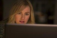 Mary (Naomi Watts) tauscht sich mit ihrem Kollegen Dr. Wilson (Oliver Platt) aus.