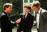 Eigentlich ist die Chauffeurstochter Sabrina (Julia Ormond) seit ihrer Kindheit in den Millionärssohn David (Greg Kinnear, li.) verliebt, doch nun macht ihr dessen charmanter großer Bruder Linus (Harrison Ford) den Hof.
