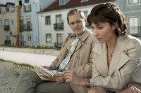 An der französischen Atlantikküste trifft Bea (Julia Koschitz) ihren Führungsoffizier Walter H. (Godehard Giese).