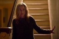Verunsichert durchsucht Mary (Naomi Watts) das Haus.