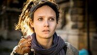 Die Obdachlose Katinka (Jana McKinnon) macht sich Sorgen um ihren spurlos verschwundenen Freund.