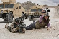 Um ihrem geregelten, langweiligen Leben zu entkommen, reist Kim Baker (Tina Fey, r.) als Kriegsreporterin nach Afghanistan. Ist das wirklich eine gute Entscheidung?